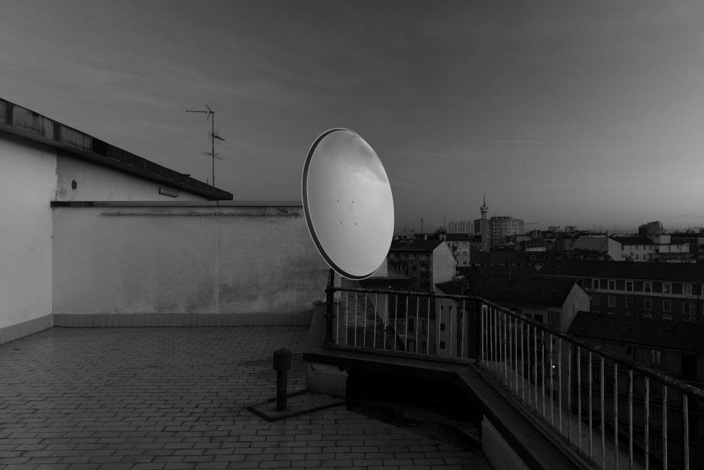 Parabola_Parabola-satellitare-vernice-da-carrozzeria_2015_ph-Cosimo-Filippini